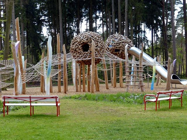 dětské hřiště u lesa